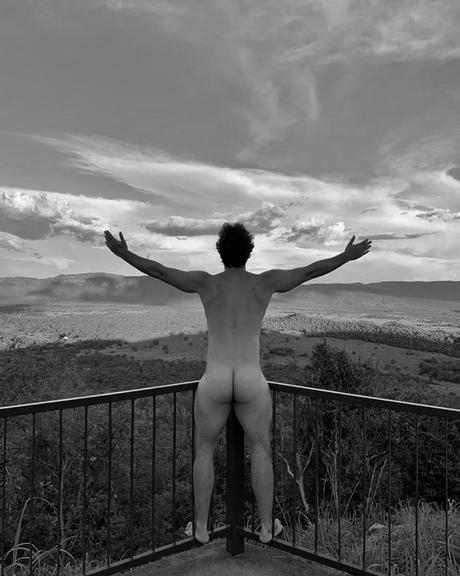 Rainer Cadete surge completamente nu e choca a web