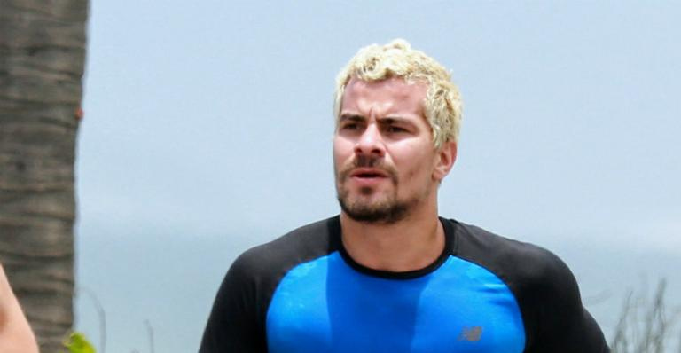 Thiago Martins é flagrado correndo na praia da Barra e exibe boa forma