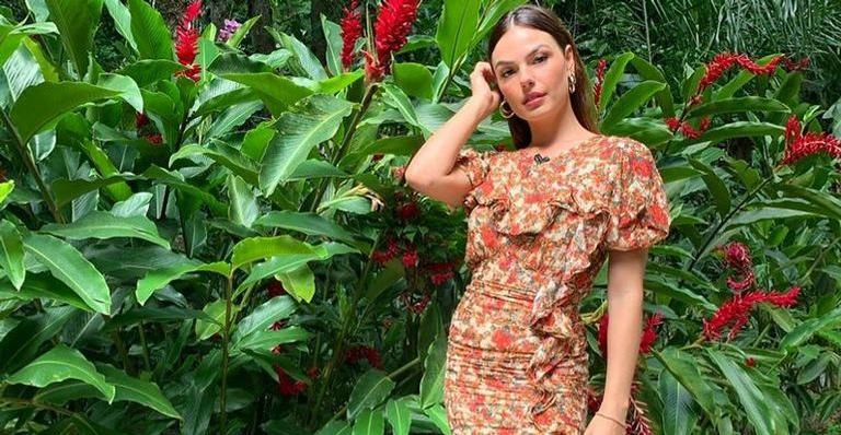 Isis Valverde exibe pernas em vestido floral e encanta