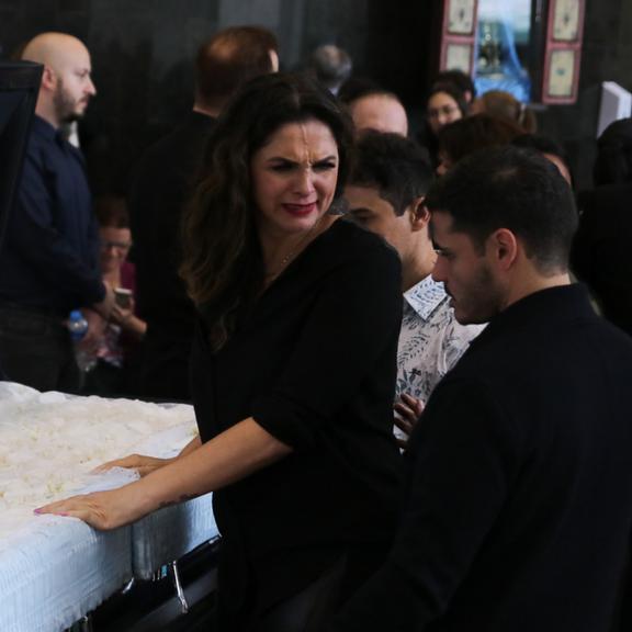 Luiza Ambiel surge aos prantos no velório de Gugu Liberato
