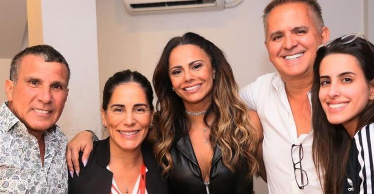 Gloria Pires leva a família para prestigiar peça de Viviane Araujo e Eri Johnson: ''Que honra''