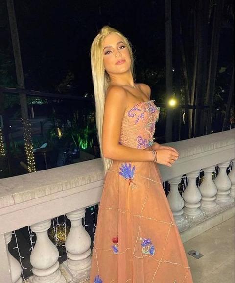 Ex-BBB Emilly Araújo surge loira