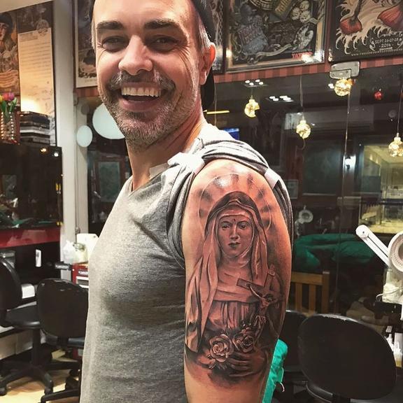 Márcio Keiling tatua Santa Rita de Cássia