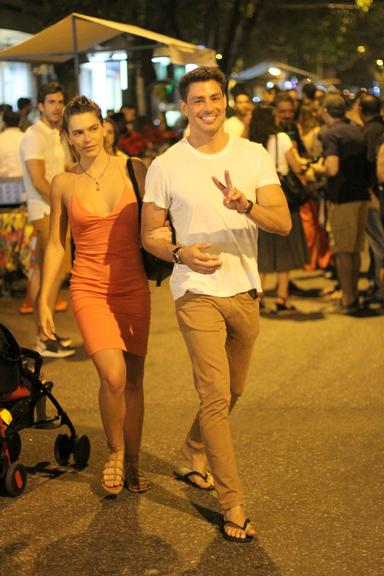Cauã Reymond acena para paparazzi no Rio