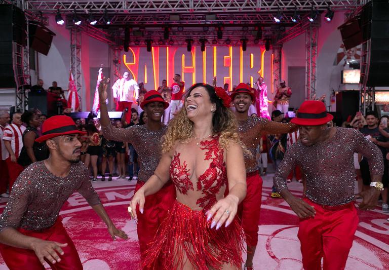 Viviane Araújo mostra samba no pé