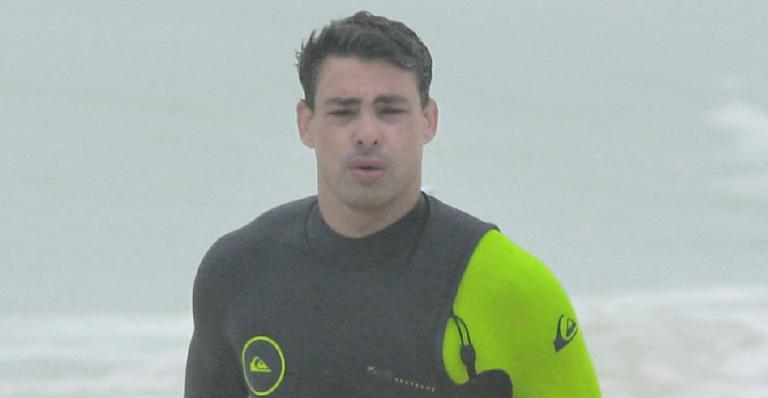 Cauã Reymond curte dia de folga e surfa na praia da Barra da Tijuca