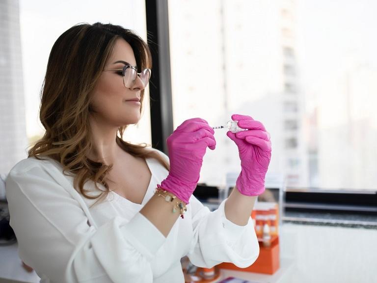 Dra Luciana Macedo especialista em dermatologia