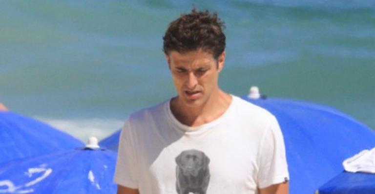 De sunga preta, Reynaldo Gianecchini curte dia de folga na praia do Leblon