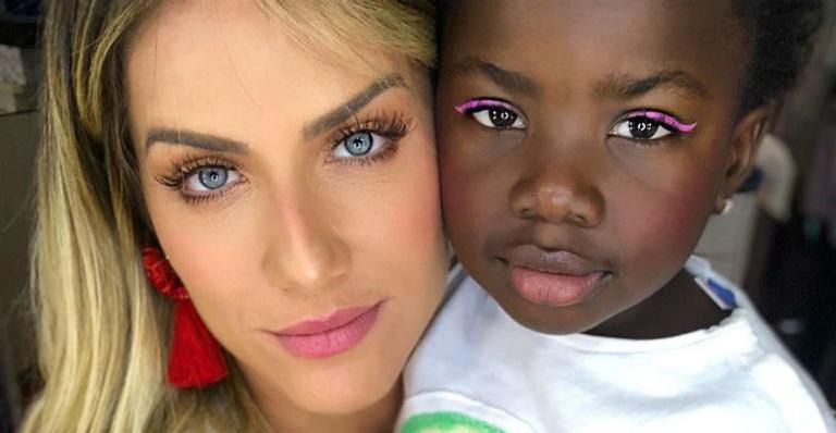 Giovanna Ewbank compartilha clique de Titi vestida de Dama de Honra e encanta a web