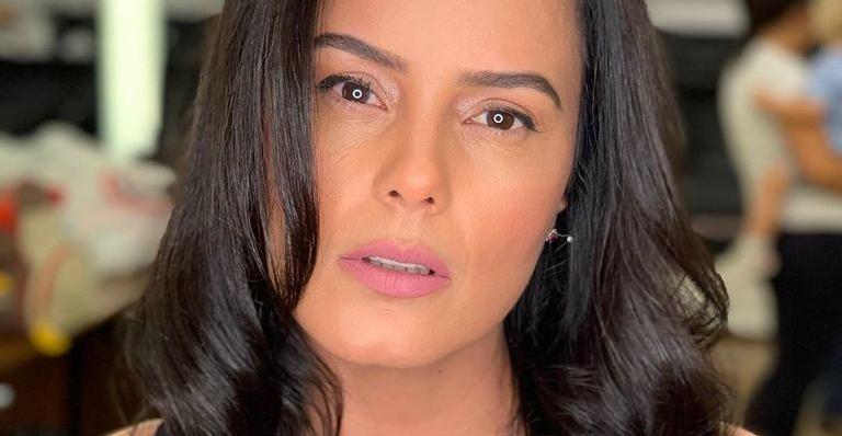 Durante massagem, Luciele Di Camargo exibe bumbum e surpreende