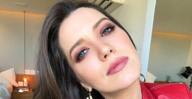 Nathalia Dill surge de cara lavada na praia e internautas elogiam beleza