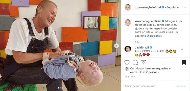 Xuxa Meneghel com garotinho na Angola