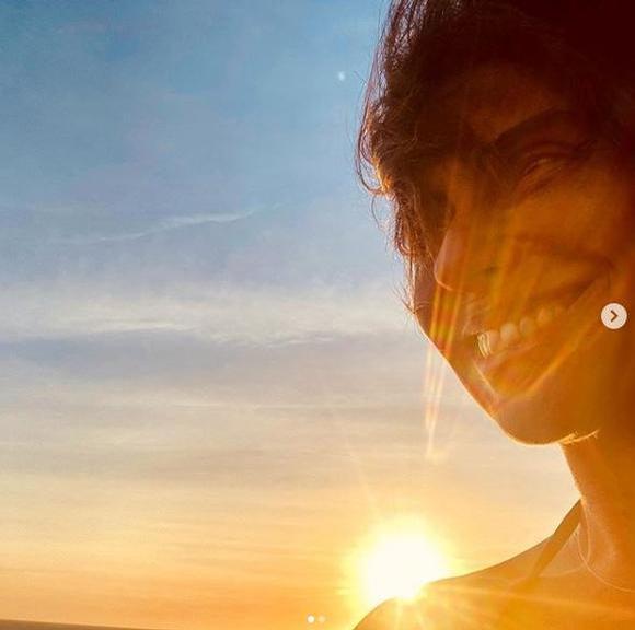Giovanna Antonelli sorridente na praia