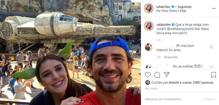 Rafa Brites e Felipe Andreoli posam juntos na Disney