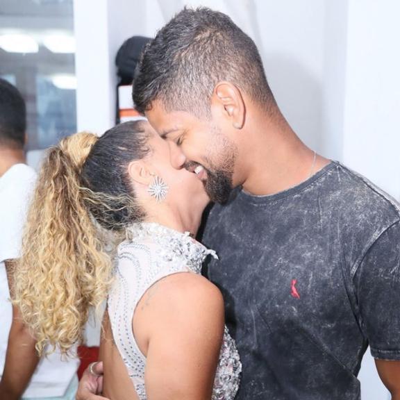 Viviane Araujo surge beijando o namorado