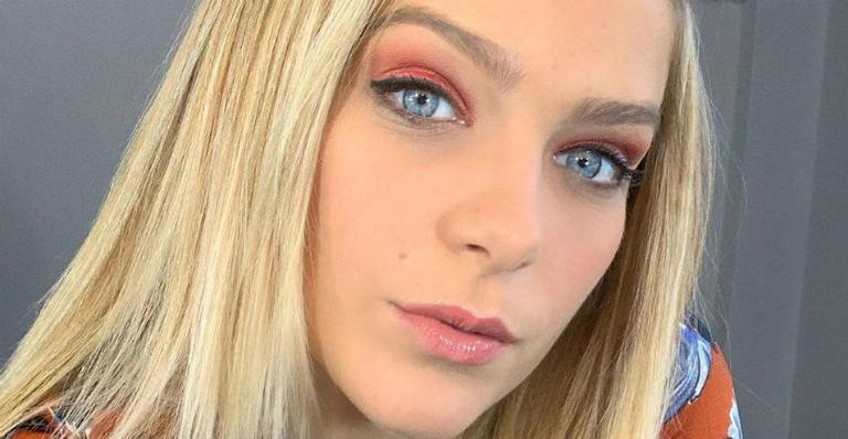 Isabella Santoni mostra truque de beleza para manter barriga chapada