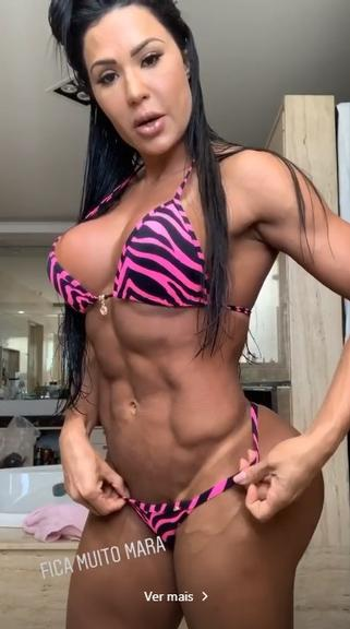 Gracyanne Barbosa mostra marquinha de bronzeado