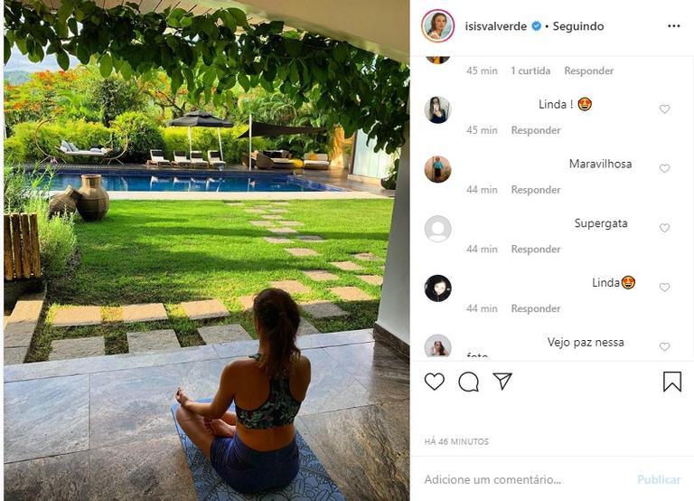Isis Valverde fazendo Yoga