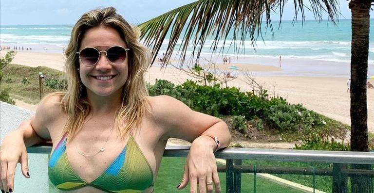 Fernanda Gentil relembra clique de biquíni e impressiona