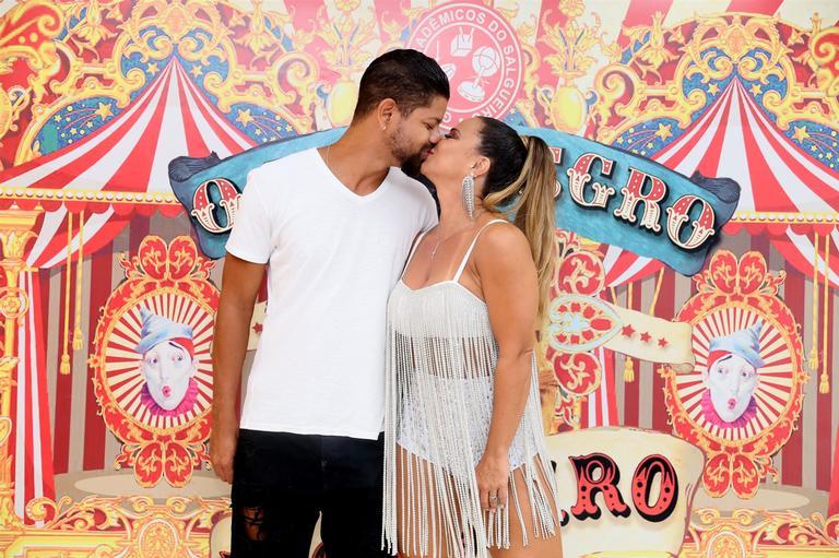 Viviane Araujo troca beijos com o namorado