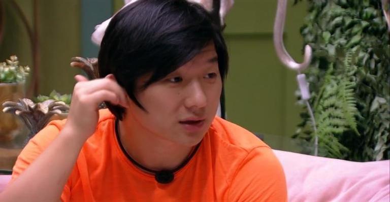 Ex-jogador foi questionar atitudes de Daniel e hipnólogo teve de interferir na discussão; Confira!