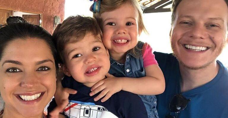 Michel Teló compartilha clique brincando com Melinda e Teodoro e encanta web