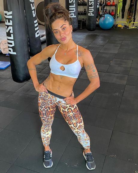 Aline Riscado exibe barriga trincada na web