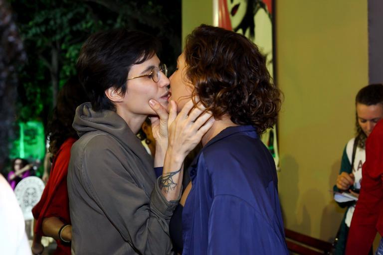 Camila Pitanga dá beijão na namorada