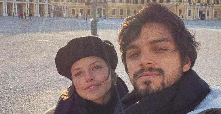 Apaixonado, Rodrigo Simas compartilha clique nas redes sociais ao lado de Agatha Moreira e encanta