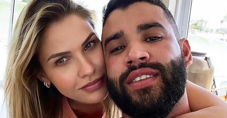 Gusttavo Lima e Andressa Suita trocam beijos no Carnaval de Brasília