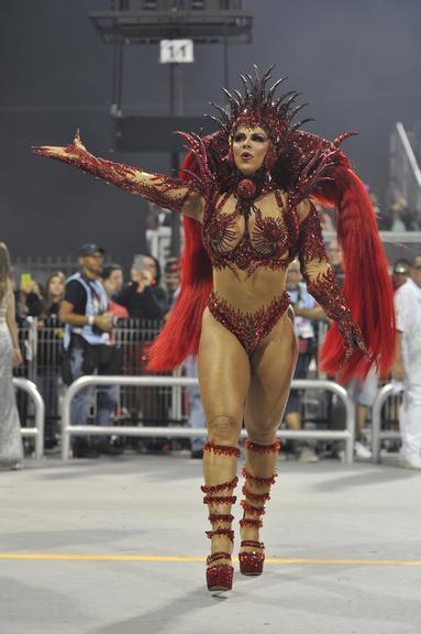 Viviane Araújo arrasa em desfile da Mancha Verde