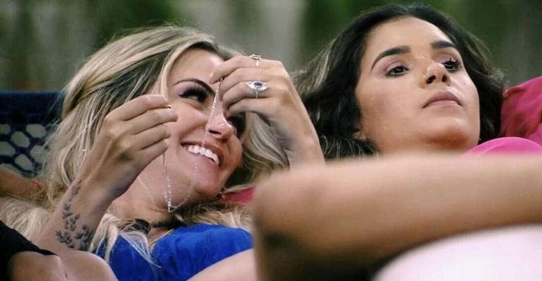 Marcela é detonada na web após criticar a amiga, Gizelly
