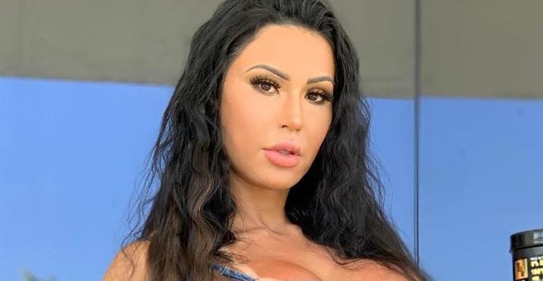 Gracyanne Barbosa posa com biquíni minúsculo e quase mostra demais na praia