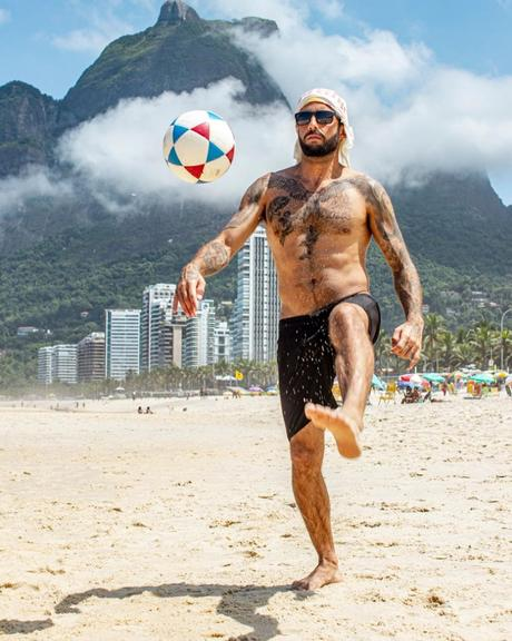 Pedro Scooby joga bola na praia