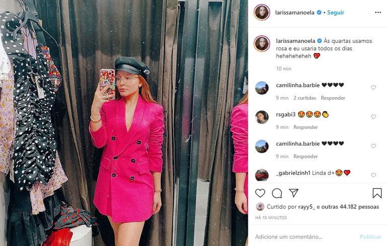 Larissa Manoela posa com look todo rosa