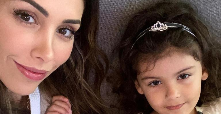 Bella Falconi mostra filha se divertindo no pula-pula e encanta internautas
