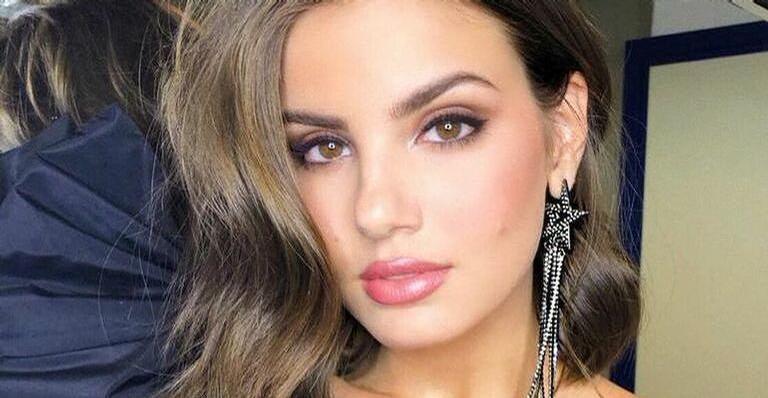 Camila Queiroz posa de lingerie transparante e esquenta temperatura na web