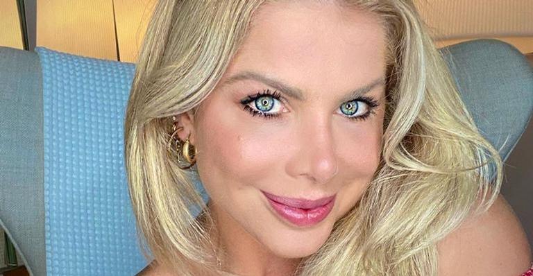 Karina Bacchi aproveita dia de sol de quarentena na piscina