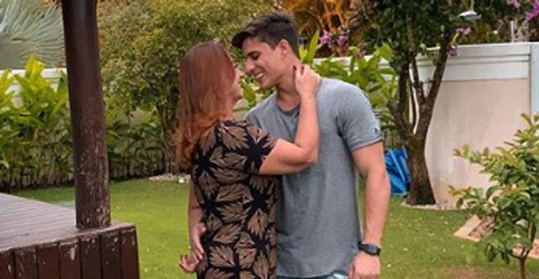 Tiago Ramos, namorado da mãe de Neymar Jr., exibe braços musculosos e web zoa jogador