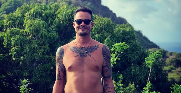 Paulo Vilhena curtiu o dia na praia ao lado da namorada e da cunhada