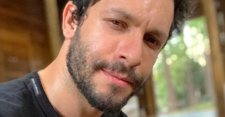 Rainer Cadete surge tomando sol sem camisa e esquenta web