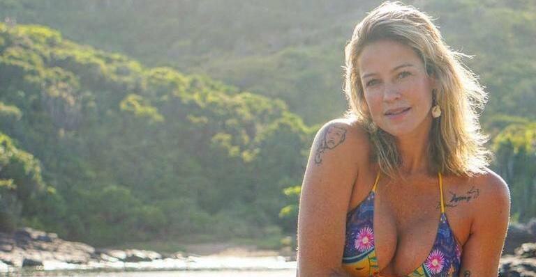 Luana Piovani exibe bumbum durante banho de sol na praia