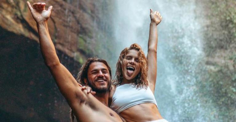 Isabella Santoni relembra aventura romântica que fez com o namorado