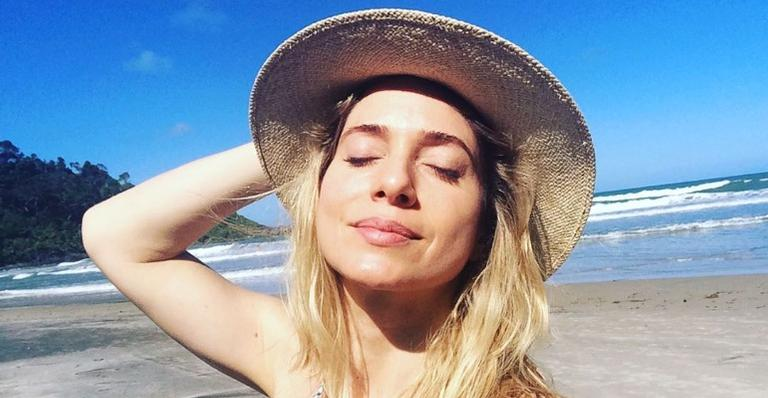 Leticia Spiller relembra lindo clique feito entre flores