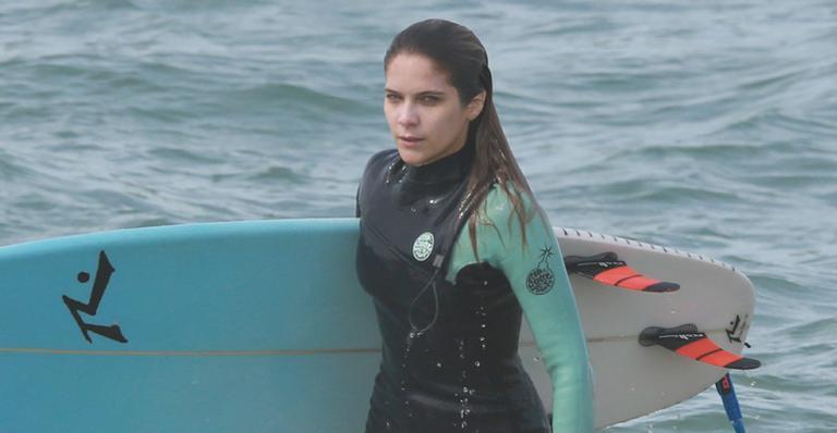 Atriz Isabella Santoni mostra habilidade no surfe na praia da Reserva