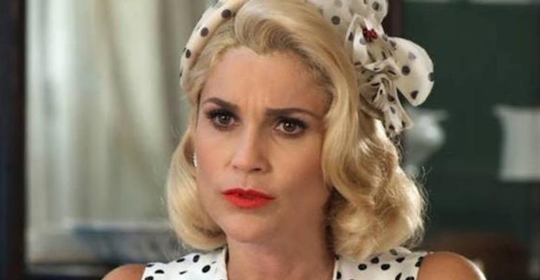 Sandra finge interesse e beija o burro Policarpo em 'Eta Mundo Bom'