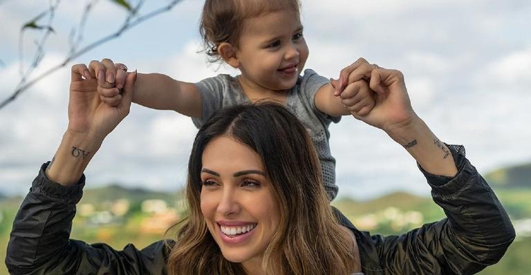 Bella Falconi derrete os seguidores ao compartilhar vídeo da caçula fugindo na hora de tomar vacina