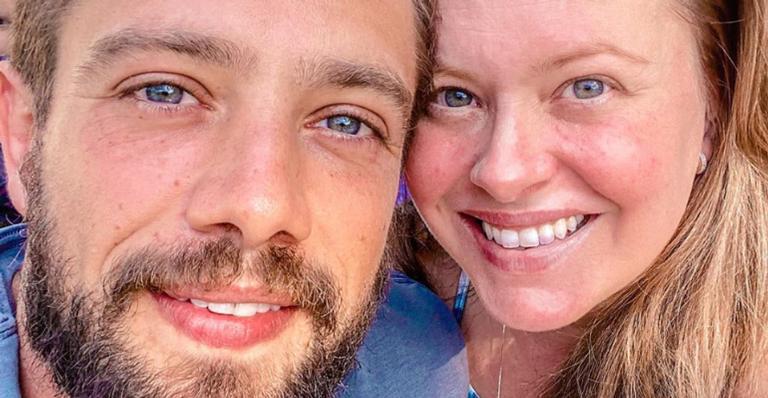 Mari Bridi registra o marido, Rafael Cardoso, na fazenda e se derrete: ''Menino do mato''