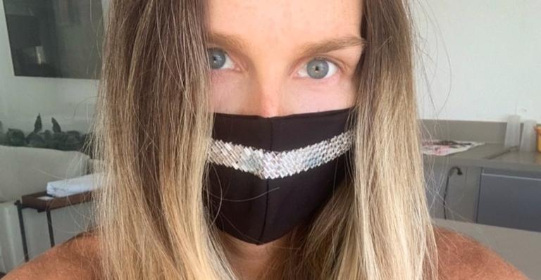 De máscara, Mariana Weickert posa com o filho no colo e encanta demais