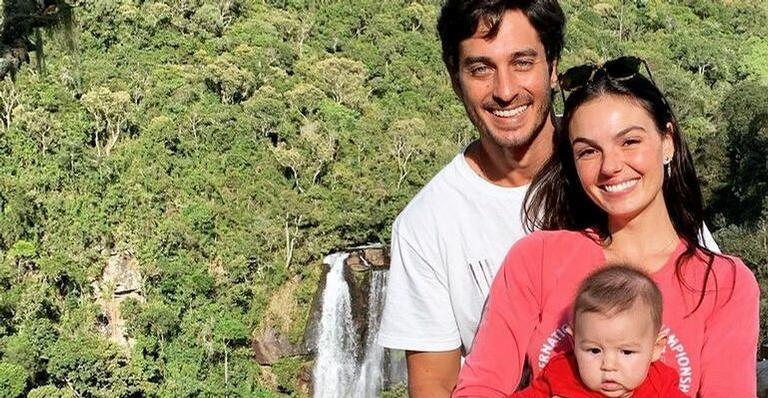 Isis Valverde posa sorridente ao lado do filho e do marido e encanta internautas